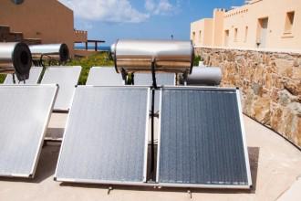 Placas termosolares instaladas en un edificio.